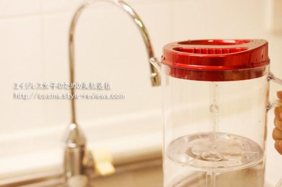 高濃度水素水生成器ルルド水素水サーバーの使い方/浄水器の水をポットに注ぐ